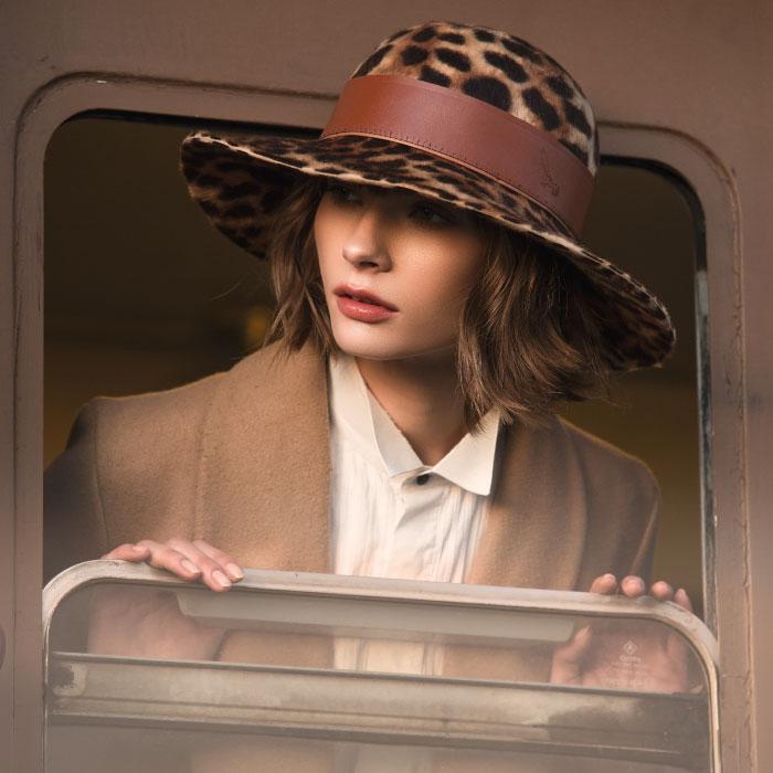 Donna-con-Cappello-Colorato