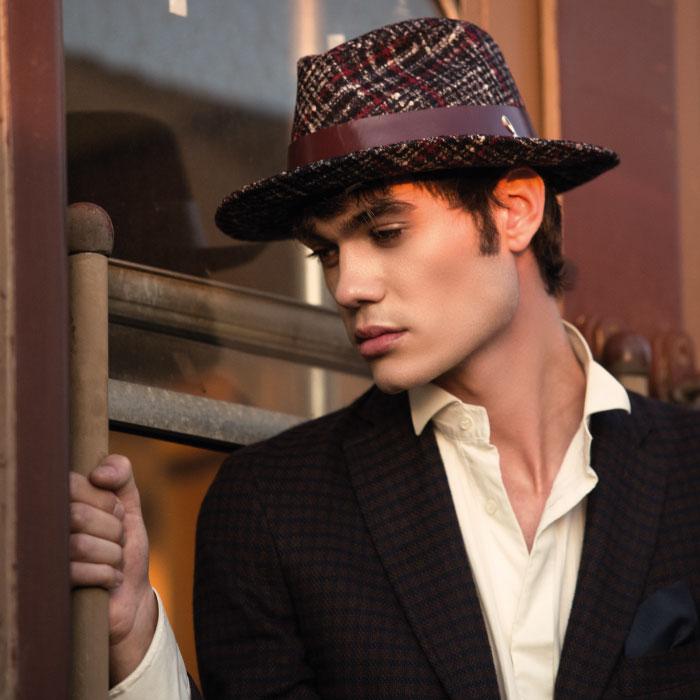 Uomo-con-Cappello-Colorato