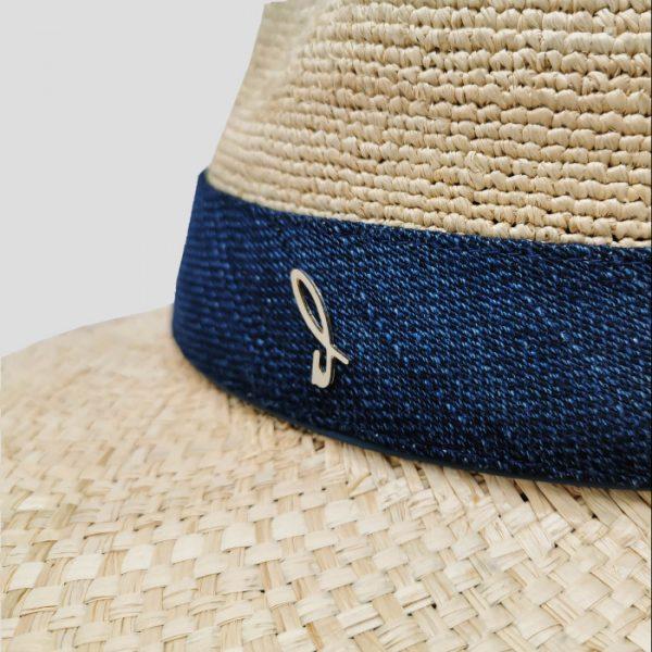 Dettaglio cappello logo D