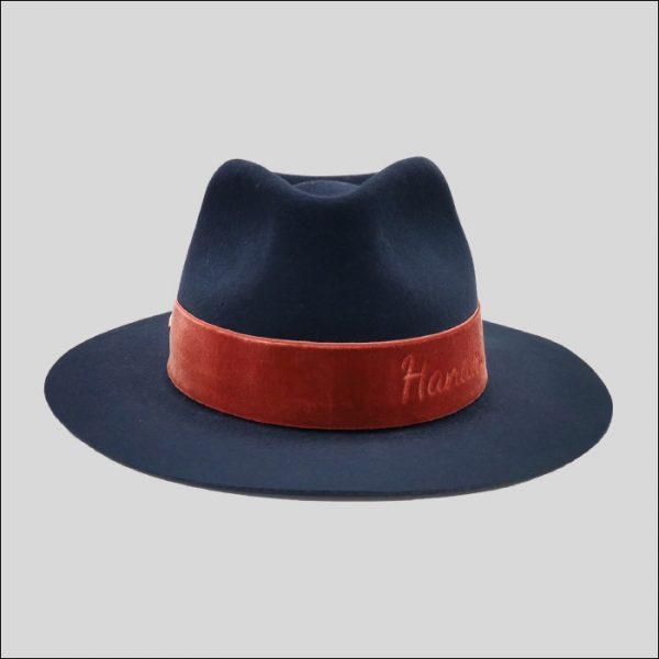 Cappello Drop blu con cinta in velluto rossa