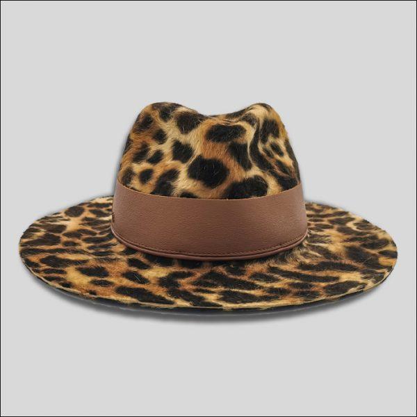 Cappello con stampa animalier e cinta da donna