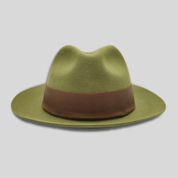 Cappello verde con cinta