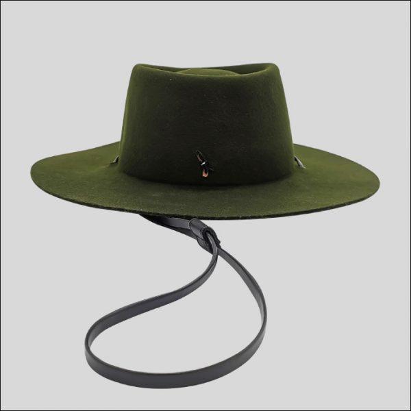 Cappello verde con laccio sotto gola nero